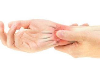 Omurga kanalının daralması Bel fıtığı, beyin ve omurilik tümörleri Beyin kanaması ve damar tıkanıklığı Beyin enfeksiyonu Diyabet Kanser metastazı Huzursuz bacak sendromu Kırık bacak Vitamin eksikliği Psikolojik nedenler Dolaşım bozuklukları Migren ve romatizma gibi hastalıklar. Sürekli aynı pozisyonda olmanın neden olduğu ağrı Uyuşma türleri Elin uyuşması Sağ ve sol kolda uyuşma nedenleri birbirinden farklı olabilir. Sol elde uyuşma, kalbin işleyişindeki ve kalbe giden kan damarlarındaki bozukluklardan kaynaklanır. Kan akışının kısıtlanmasından kaynaklanan kol uyuşması, ağır yükler kaldırılırken ortaya çıkar. El uyuşması düşme, kaza ve ani hareketlerle de ortaya çıkabilir. Fiziksel bir faktör olmaksızın yaşanan el uyuşması, nörolojik bir faktör veya strese bağlı olarak gelişir. Ayağın uyuşması Her iki ayakta veya tek ayakta oluşabilen ayak uyuşması genellikle sinir hasarı veya yetersiz dolaşımdan kaynaklanır. Ayak yaralanmaları, sinir hasarı, enfeksiyonlar, travma, iltihaplanma ve şişlik de uyuşukluk nedenleri arasındadır. Bacaklarda uyuşma Bacak uyuşukluğunun kaynakları arasında yeme bozuklukları, zayıf kan akışı ve sigara bulunur. Kan akışını bozan aşırı soğuğa maruz kalma, periferik arter hastalığı, arteriyel ve venöz nodüller ve derin ven trombozu bacak uyuşmasına neden olan diğer faktörlerdir. Osteoporoz, bel fıtığı, kan akışını engelleyen oturma pozisyonu, osteokondroz, kalça yaralanmaları da bacaklarda uyuşmaya neden olabilir. Ek olarak, diyabetik nöropati, MS hastalığı, ağır metal toksisitesi, tiroid hastalığı ve felç, bacak uyuşmasının yaygın nedenleridir. Ellerde uyuşma Genellikle el ve bileklerdeki sinirlerin hasar görmesinden kaynaklanan el uyuşması, karpal tünel sendromu olarak bilinen bir durumdan kaynaklanır. El bileğindeki küçük bir kanaldaki bir sinirin sıkışması, enfeksiyon, diyabet, obezite, romatoid artrit gibi hastalıklar veya el sanatları, masa başı çalışma veya müzikalite gibi meslek hastalıkları nedeniyle de meydana gelebilir. Beynin uyuşması